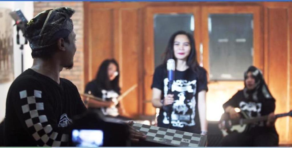 Vespunk Gaet Ladiescoot Veronicaa di Video Salam Damai Mari Berkawan